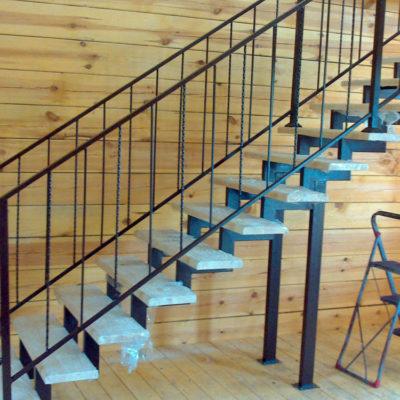 лестница на фигурном косоуре